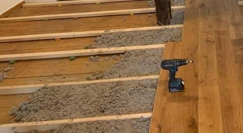 Ausgleich – Untergrundvorbereitung zur Verlegung von Holzdielen