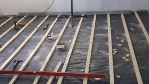 Einfachlattung ausgereichtet durch Unterfütterung - Untergrundaufbau für Holzdielen